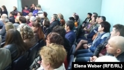 Жители Темиртау, пришедшие на публичные слушания по поводу предстоящего повышения тарифов на коммунальные услуги.