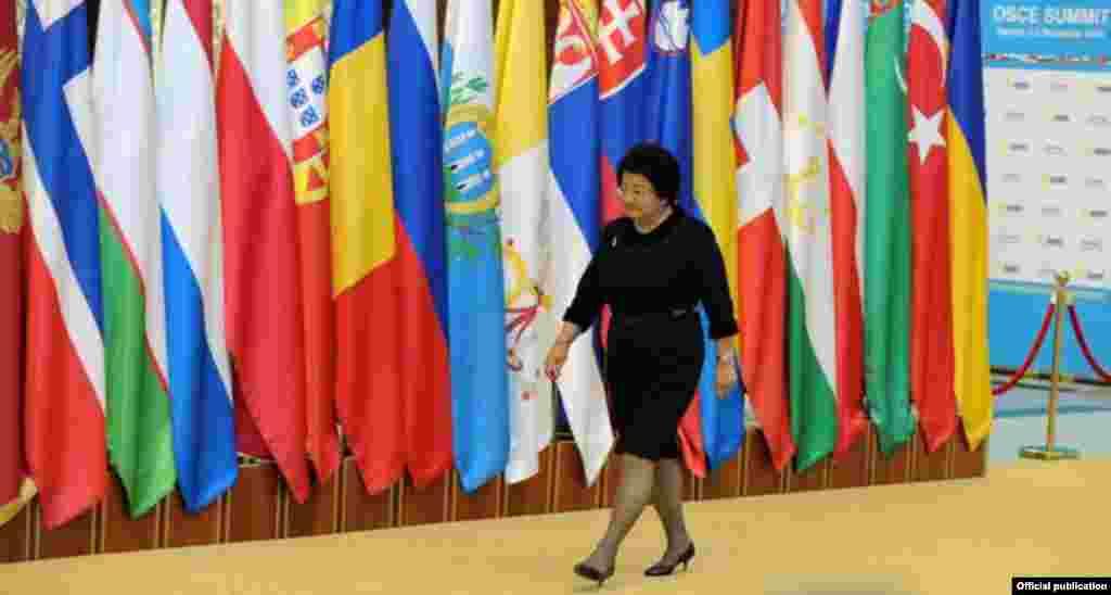Роза Отунбаева всегда уверенно чувствовала себя на многочисленных международных саммитах.