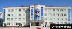 Ново училище в Дангара с образа на президента над входа