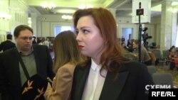 А Альона Шкрум наразі наполягає, що їй подорож оплатив фонд «Відродження»