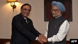 Pakistani President Asif Ali Zardari (left) and Indian Prime Minister Manmohan Singh meet in New Delhi.