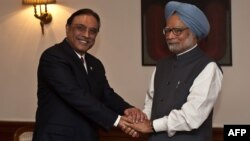 Indian Prime Minister Manmohan Singh (right) shakes hands with Pakistan President Asif Ali Zardari during a meeting in New Delhi on April 8.
