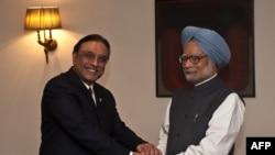 Kryeministri i Indisë Manmohan Singh (djathats) përshëndetet me presidentin e Pakistanit Asif Ali Zardari