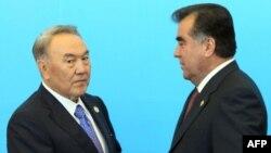 Нурсултан Назарбаев пожимает руку президенту Таджикистана Эмомали Рахмону по прибытии на саммит Шанхайской организации сотрудничества (ШОС) в Астане, 15 июня 2011 года.