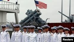 Румынские моряки на фоне американского крейсера Vella Gulf. Константа, 5 июня 2014 года.