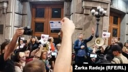Protest novinara nakon što su maskirane osobe ubacile 500 letaka u dvorište zgrade Televizije N1 na kojima je ispisano 'Republika Srbija, doviđenja. Dobrodošli u Luksemburg' (16. oktobar 2019.)