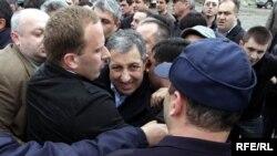 Внепарламентская оппозиция Грузии столкнулась с полицией. Стычка началась в Тбилиси около здания типографии, где собрались представители партий, входящих в политическое объединение «Национальный совет».