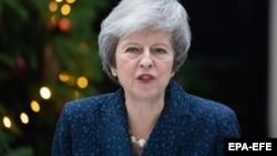 Kryeministrja britanike gjatë fjalimit para gazetarëve