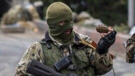 Донецк әуежайына жақын жердегі бақылау-өткізу бекетінде тұрған ресейшіл сепаратист. Украина, 10 қыркүйек 2014 жыл.