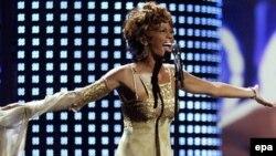 خانم هوستون پس از انتشار آلبوم عشق من، عشق توست در سال ۱۹۹۹ ميلادی از فعاليت های هنری کناره گرفت و تقريبا هشت سال است که ترانه تازه ای از او منتشر نشده است.
