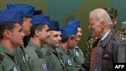 Joe Biden duke u përshëndetur me ushtarët romunë në Bukuresht