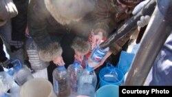 قزاقستان- مردم ظرفهای خود را برای گرفتن آب ردیف کردهاند.