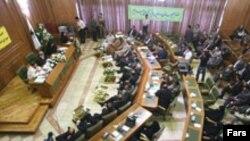 اعضای شورای ۱۵ نفره شهر تهران برای انتخاب شهردار پايتخت به صورت مجزا به چهار نامزد معرفی شده رای دادند که در نهايت رسول خادم و محمد باقر قاليباف به مرحله نهايی راه يافتند.