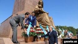 Чільні представники керівництва Узбекистану, але без президента, кладуть вінки до пам'ятника Незалежності, Ташкент, 31 серпня 2016 року