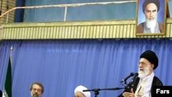 (Sagdan-çepe) Eýranyň ýokary derejeli dini lideri Aýatolla Ali Hameneýi, Ekspertler Assambleýasynyň ýolbaşçysy Ali Akber Haşemi Rafsanjany, Parlamentiň ýolbaşçysy Aly Larijani. Tähran, 2008 ý.