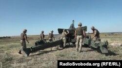 Бійці 55-ї окремої артилерійської бригади ЗСУ показують, як запускається гармата «Гіацинт-Б»