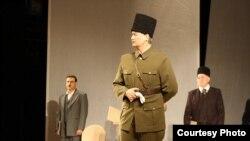 Спектакльдән күренеш - Ататөрек (уртада), Вәлиди (сулда), Максуди (уңда)