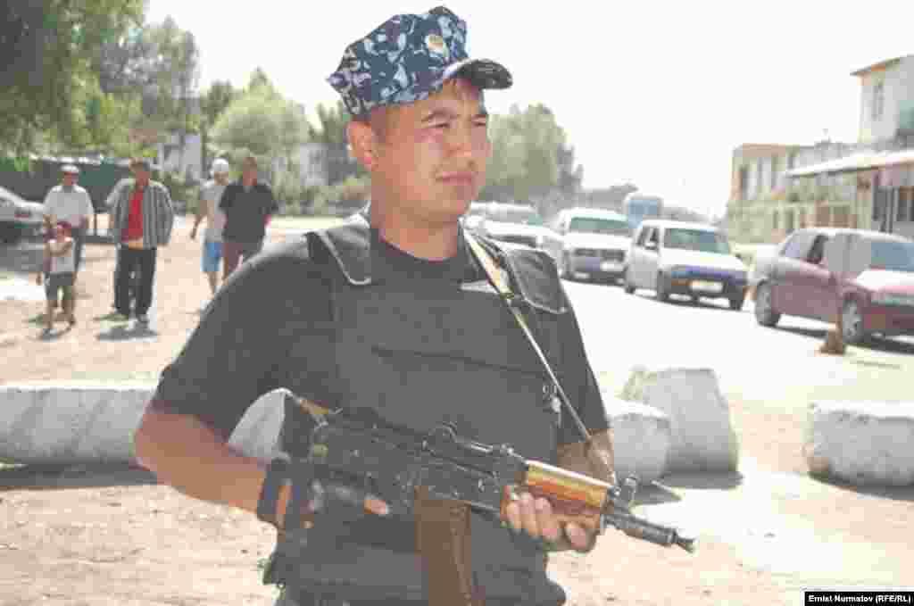 Ошто коопсуздук чаралары күчөтүлдү - Ош шаарынан бир көрүнүш, 1-июнь, 2011.
