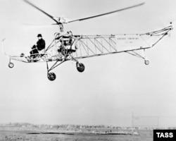Ігар Сікорскі пілятуе свой першы гелікоптэр VS-300, 1939