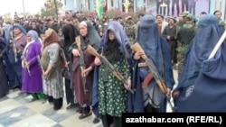 «Талибан» шабуылынан қорғану үшін қолына қару алып, ерікті жасаққа қосылған ауған әйелдері.
