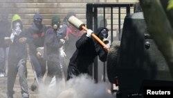 Чили студенттерінің наразылығы тәртіпсіздіктерге ұласты. Сантьяго, 18 қазан 2011 ж.