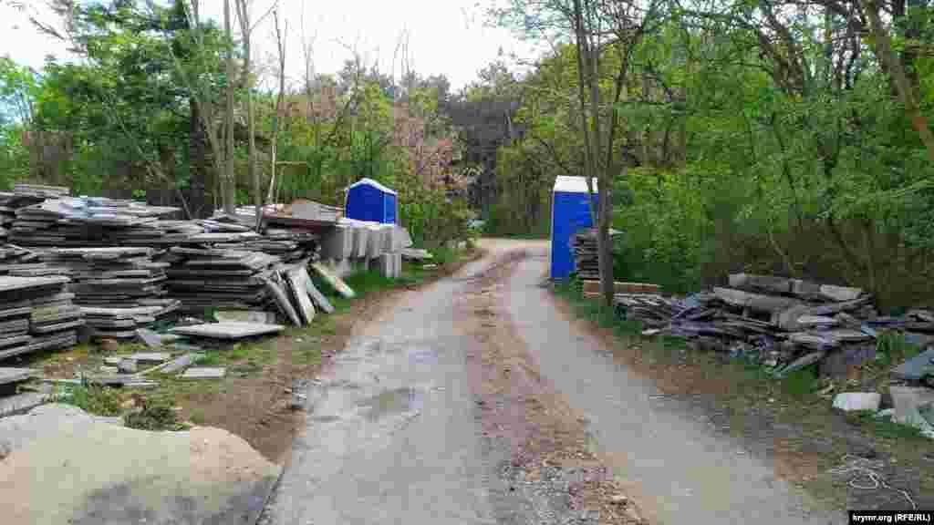 Стройматериалы в лесу у мемориала