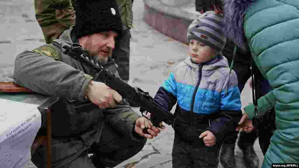 В Симферополе для детей казаки устроили «мастер-классы» по обращению с огнестрельным оружием