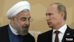 ولادیمیر پوتین (راست) و حسن روحانی، روسای جمهوری روسیه و ایران در حاشیه نشست دریای خزر در آستاراخان روسیه