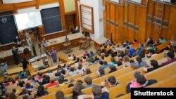 Мәскеу мемлекеттік университетінің аудиториясында отырған студенттер. Көрнекі сурет.