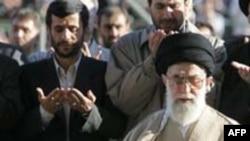آیت الله علی خامنهای در حال برگزاری نماز عید فطر