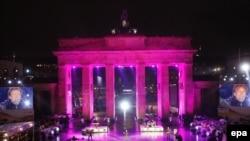 Germany -- US musician Jon Bon Jovi performs in front of the Brandenburg Gate in Berlin, 09Nov2009