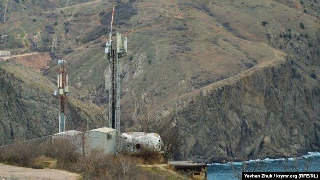 У вышки мобильной связи – сохранившийся с войны ДОТ