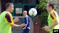 Былы футбольны судзьдзя Пьерлюіджы Каліна назірае за трэніроўкай гульцоў, ілюстрацыйнае фота