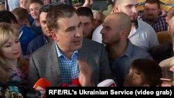 Михаил Саакашвили өзін күтіп алған жақтастары мен журналистер алдында сөйлеп тұр. Киев, 29 мамыр 2019 жыл.