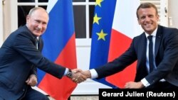 French President Emmanuel Macron (right) met with Russian President Vladimir Putin in France on August 19.