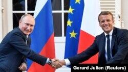 Президент Франції Емманюель Макрон тисне руку президенту Росії Володимиру Путіну під час літньої зустрічі у Форт де Брегансон, 19 серпня 2019 року