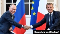 Putin and Macron in the village of Bormes-les-Mimosas in southeastern France on August 19.