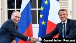 Президентът на Русия Владимир Путин заедно с френския си колега Еманюел Макрон