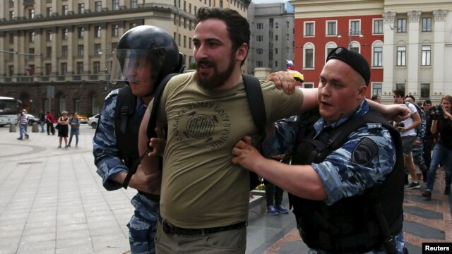 In Moscow, Orthodox activists crushed an exhibition of sculptures 08/14/2015 97