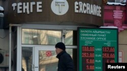 Человек проходит мимо пункта обмена валют. Алматы, 11 февраля 2014 года.