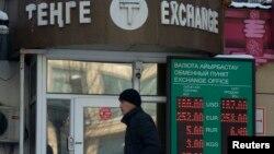 Молодой человек проходит мимо пункта обмена валют. Алматы, 11 февраля 2014 года.