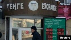 Прохожий рядом с пунктом обмена валют после проведенной одномоментной девальвации. Алматы, 11 февраля 2014 года.