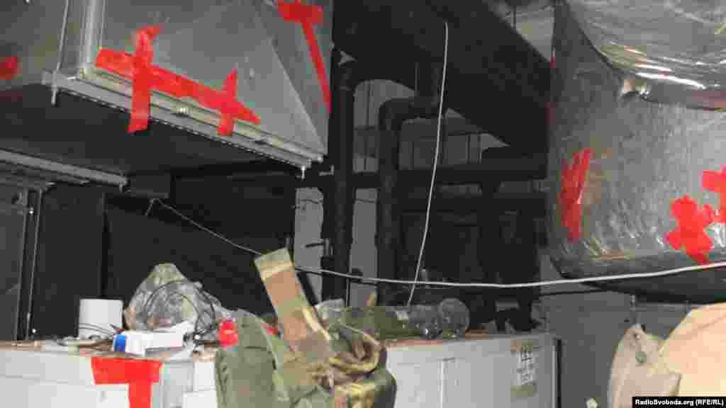 Через постійний обстріл воздуховоди у спальному приміщенні періодично доводилось заклеювати скотчєм, щоб не було протягів