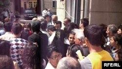 Ötən il də buraxılış imtahanlarının nəticələrinə etiraz edənlər Təhsil Nazirliyinin qarşısında aksiya keçiriblər, 12 iyun 2008