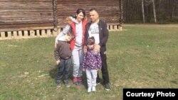 Гражданин Украины и Афганистана Кабир Мохамад со своей семьей.