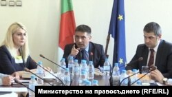 Данаил Кирилов спори с Иван Брегов пред погледите на заместниците си Десислава Ахладова и Евгени Стоянов