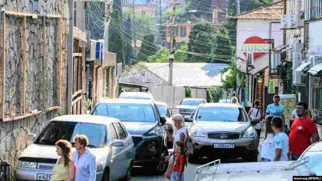 Повно автомобілів на вулицях