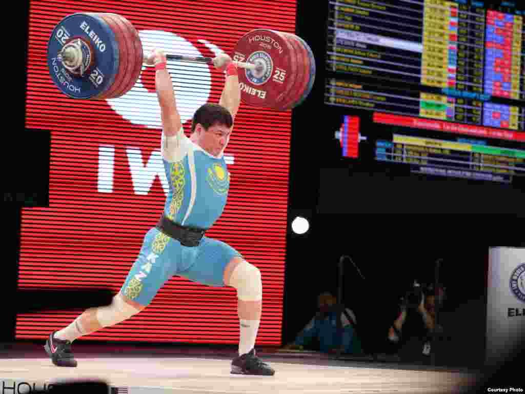 На подиуме - Жасулан Кыдырбаев, обладатель бронзовой медали. В прошлом году на чемпионате мира в Алматы он был чемпионом.Фотопредоставлено пресс-службой Федерации тяжелой атлетики Казахстана.