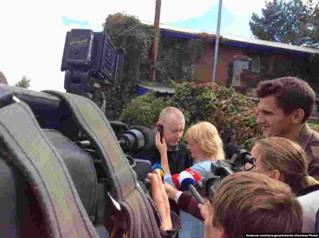 Володимира зустрічала його дружина Олена. Він поговорив телефоном з мамою та президентом України