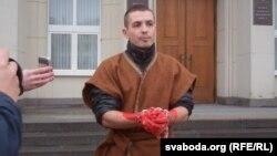 Пэрформанс Алеся Чаркашына ля Берасьцейскага аблвыканкаму
